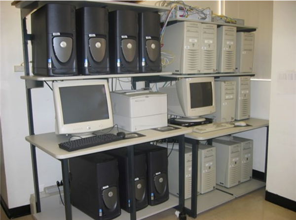 picture of computers in the technology lab